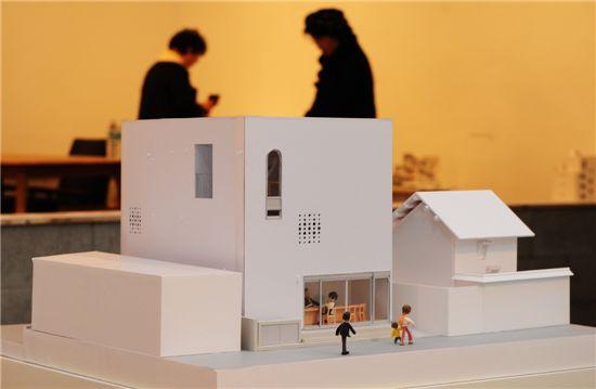 재개발 아파트가 밀려들고 있는 금호동 주택가에 적용된 건축가 장영철의 'Y-House'는 재개발과정에서 해체되는 공동체에 대한 반성에서 출발한다. 집안 귀퉁이에 평상을 둬 입주민은 물론 동네 주민들의 쉼터, 교류의 공간을 적용한 것이 특징이다.