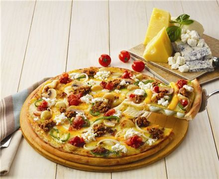 한 판에 치즈가 4가지? 도미노피자 '콰트로치즈샌드 피자' 출시