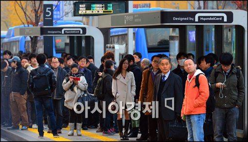 [포토]버스 파업 종료, 버스 기다리는 시민들