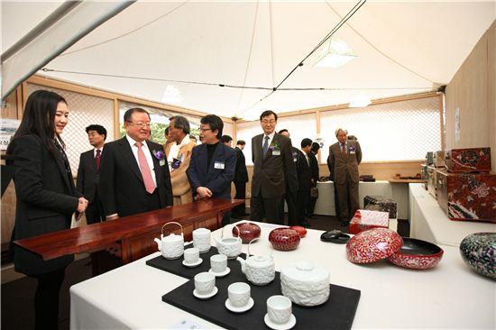 21일 KDB금융그룹 여의도 본사에서 개최된 '제1회 KDB 전통공예산업대전ㆍ장터'에서 강만수 KDB금융그룹 회장(왼쪽에서 세번째)이 출품작들을 둘러보고 있다.
