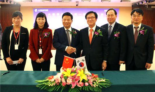 한국거래소는 22일 중국 다롄에서 다롄상품거래소와 상호협력 및 정보교환을 주 내용으로 하는 MOU를 체결하였다. MOU체결후 진수형(왼쪽에서네번째) 한국거래소 경영지원본부장과 리우싱장 다롄상품거래소이사장 등 참석자들이 기념촬영을 하고 있다.
