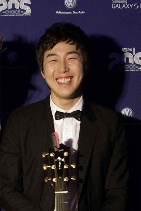Busker Busker's Jang Beom-june smiles in front of the photo wall at the sixth Mnet 20's Choice Awards held at the Banyan Tree Club & Spa Seoul in Seoul, South Korea on June 28, 2012. [Choi Hang Young/10Asia]