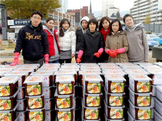 코멕스산업 임직원들이 김장담그기 봉사 후 기념촬영을 하고 있다.