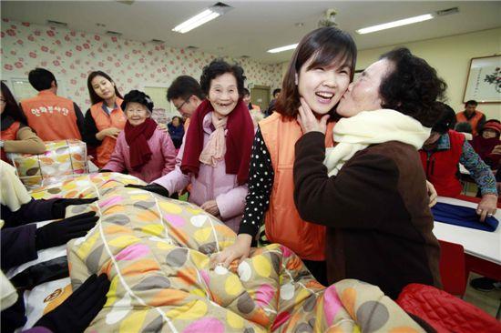 한화 대전사업장 임직원들이 대전시 동구노인종합복지관을 방문해 털목도리와 담요 등을 전달하고 있는 모습.