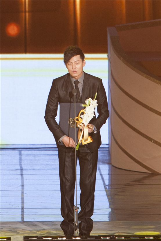 Actor Lee Jung-jin receives the cultural merit honor from South Korea Government at the 2012 Popular Culture & Art Awards in Seoul, South Korea, on November 19, 2012. [Brandon Chae/10Asia]