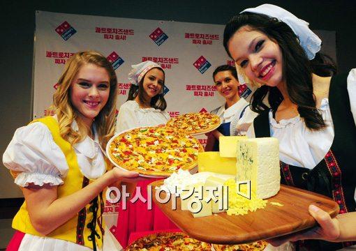 [포토]치즈의 풍미를 느낄 수 있는 '콰트로 치즈샌드 피자'