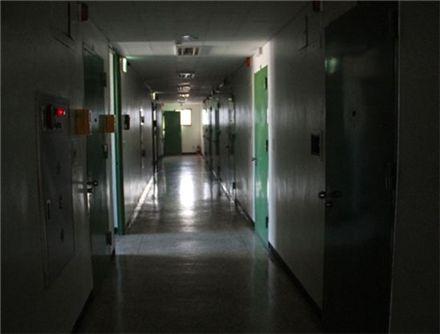청사 5층의 조사실 복도. 이곳의 15개 조사실에선 가혹한 고문과 취조가 자행됐다.