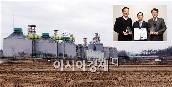김근종 함평통합RPC 대표, 윤한수 나비골농협조합장, 안병량 농협중앙회함평군지부장 (왼쪽부터)이 수상후 기념촬영을 하고 있다.