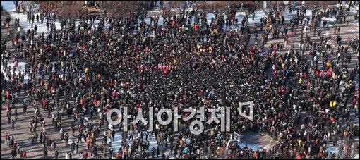 ▲ 24일 오후 서울 여의도광장 문화마당에서 열린 '솔로대첩'에 1500여명의 젊은이들이 몰려들었다.