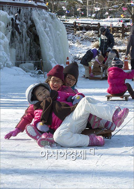 [포토]넘어져도 즐거운 얼음썰매타기