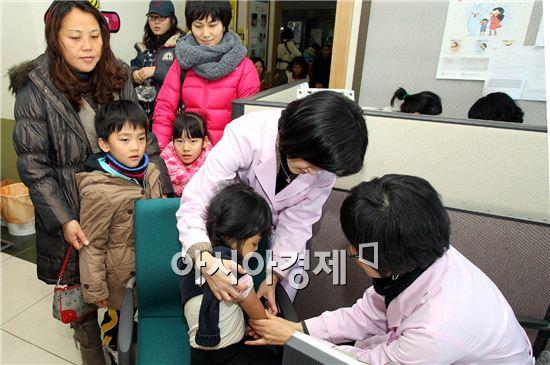 ▲취학아동을 대상으로 예상접종을 실시하고 있다.[사진=아시아경제DB]