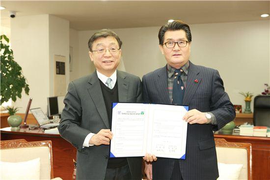 유종필 관악구청장(오른쪽)이 8일 오연천 서울대 총장과 지역 발전을 위한 공동협약을 맺었다.