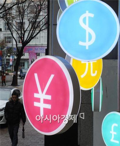 日 신용등급 강등에 따라 엔저가 더 내려갈 것이라는 우려가 나오고 있다 사진은 서울시내 한 은행의 환전소 모습.