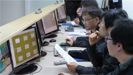 카이스트 인공위성센터 연구원들이 나로과학위성과 첫 교신하는 모습.