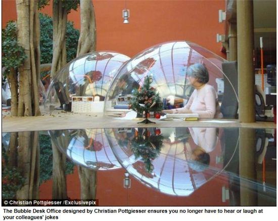 ▲ 프랑스의 한 기업이 고안한 '버블 책상'은 직원들이 집중할 수 있는 근무환경을 만들어주고 있다.(출처: 영국 데일리메일)