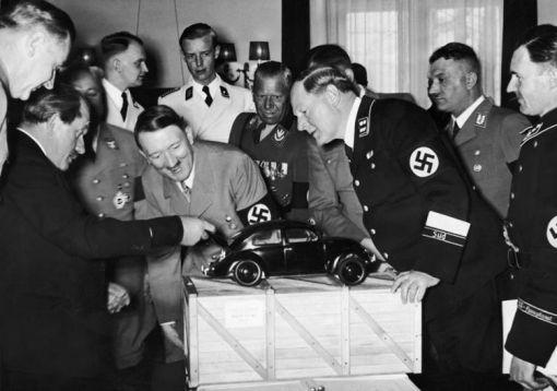 폭스바겐 모형을 살표보고 있는 페르디난트(왼쪽)와 히틀러