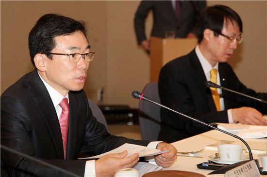 전국경제인연합회 정기이사회에 참석한 이승철 전경련 상근부회장(사진 왼쪽)이 인사말을 하고 있는 모습.