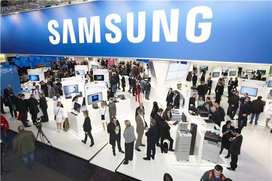 ▲5~9일(현지시간) 독일 하노버에서 열리고 있는 정보통신 전시회 '세빗(CeBIT) 2013'에 참가한 삼성전자 전시관에서 고객들이 제품을 둘러보고 있다.