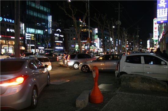 밤 10시경 서울 대치동 학원가 일대에 학생들을 태우려는 자가용들이 뒤엉켜 교통혼잡을 빚고 있다.