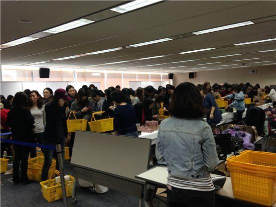▲26일 역삼동 메리츠화재 15층에서 진행된 에스티로더 컴퍼니 패밀리 세일에 사람들이 쇼핑을 하고 있다.