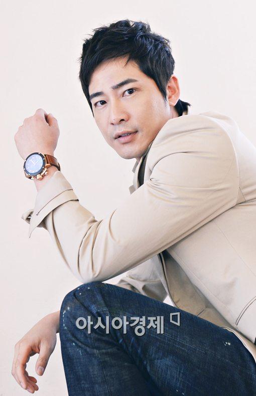 배우 강지환이 필리핀 여성과의 '침대 셀카' 논란에 휘말렸다.