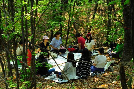 '숲태교 프로그램'에 참가한 임산부 및 그 가족들.