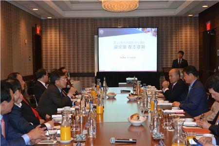 박근혜 대통령의 대미경제사절단의 일원으로 미국을 방문한 표재석 대한전문건설협회 회장(오른쪽 세번째)이 지난 7일 미국 워싱턴에서 중소기업중앙회가 주최한 창조경제 간담회에 참석해 패널들의 발언을 경청하고 있다.
