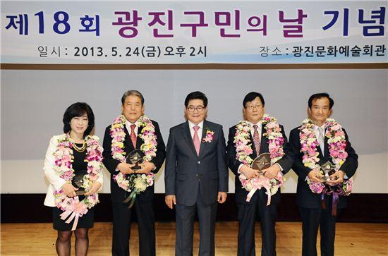 김기동 광진구청장이 18회 광진구민의 날에서 수상자들과 함께 기념 사진을 찍었다.