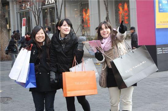 외국인 관광객이 쇼핑을 즐기고 있다.