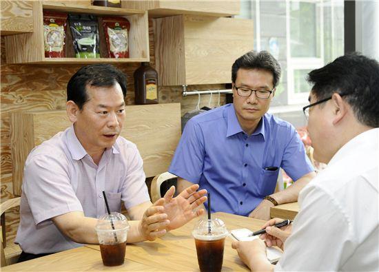 정광희 화양동장(맨 왼쪽)이 자양동 씨앗카페 '느티' 북카페 사업을 포함한 화양동 일대 지역개발 비전에 대해 설명을 하고 있다.