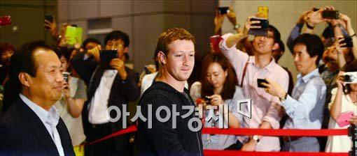 ▲지난해 6월 삼성전자 서초사옥을 찾은 마크 저커버그 페이스북 최고경영자. 저커버그는 14일에도 서초사옥을 방문했으나 공개되지 않은 통로로 움직였다.