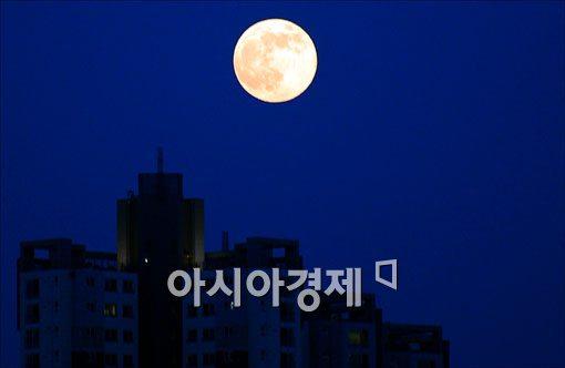 10일 밤하늘에 등장한 슈퍼문