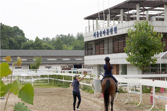 뚝섬승마장에서 승마회원이 교관의 훈련을 받고 있는 모습.(제공=아시아경제DB)