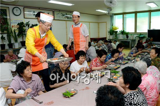 민형배 광주시 광산구청장이 어르신들에게 급식봉사를 하면서 민선 5기 4년차 일정을 시작하고있다.