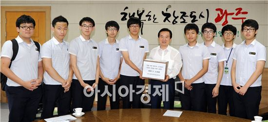 [포토]광주 금호고동아리, 5.18기념곡 지정 서명지 전달