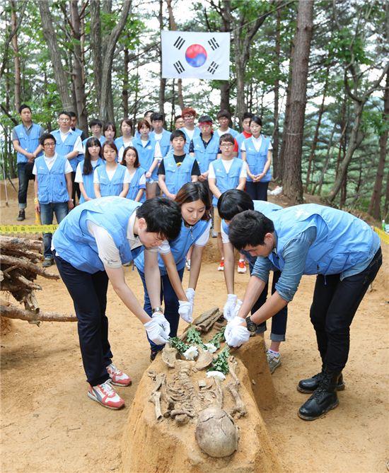 ▲18일 KT&G는 강원도 지역 대학생들과 함께 유해발굴 지원 봉사활동을 실시하고 있다.