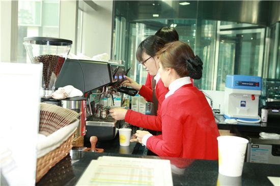 서울 관악구청 1층에 있는 커피숍 '카페 모아'. 이 커피숍은 시각장애인 커피전문점이다. (자료사진)
