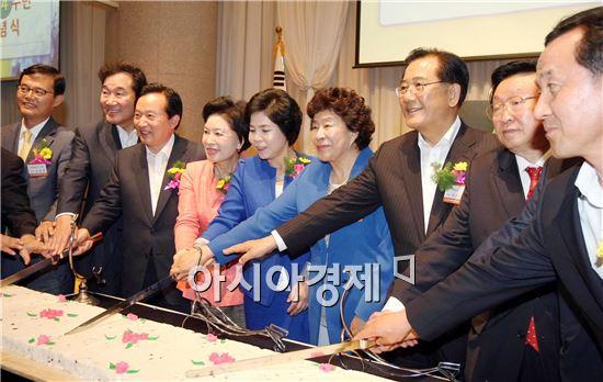 [포토]한국여성경제인협회 축하떡 자르는 참석자들