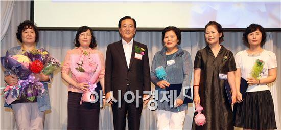 [포토]박준영 전남도지사,모범여성기업인 표창