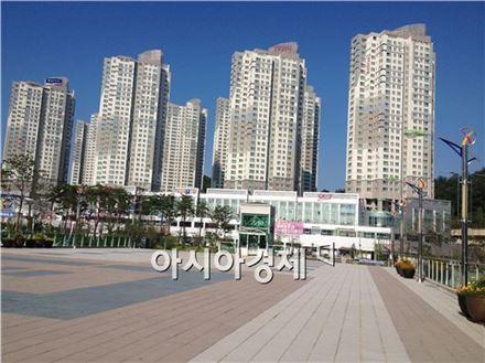 천안아산역에서 바라본 요진 Y시티. 천안아산역 인근에는 아파트단지와 롯데마트, 갤러리아 백화점, 이마트 트레이더스 등 편의시설이 밀집돼있다.
