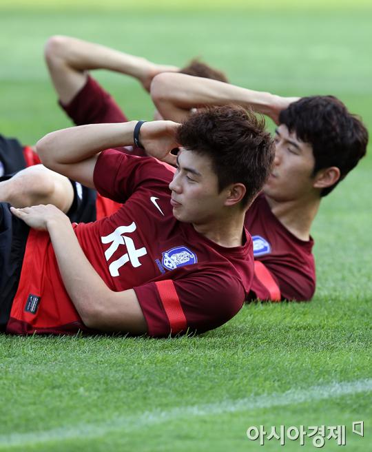 ▲스트레칭하는 축구선수들.