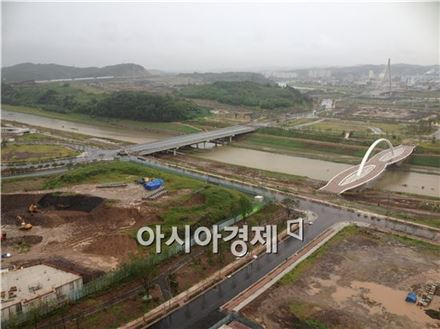 진주혁신도시 내 영천강. 오른쪽 상단에 보이는 사장교가 '김시민대교'다.