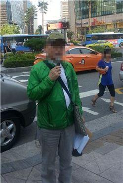 ▲'빵회장' 논란의 당사자인 강수태 프라임제과 회장이 26일 서울 소공동 롯데호텔 앞에서 기자회견을 열고 있다.