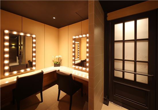 ▲ 갤러리아백화점 식품관 '고메이 494' 여성용 파우더룸 내부. 조명이 달린 거울이 달려 있어 온화한 분위기를 연출하고 있다.