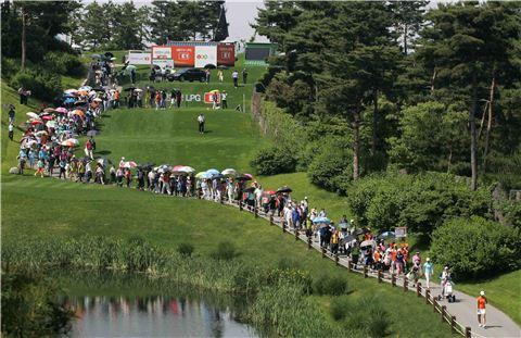 국내 골프대회에 수많은 갤러리가 경기를 관람하고 있다.