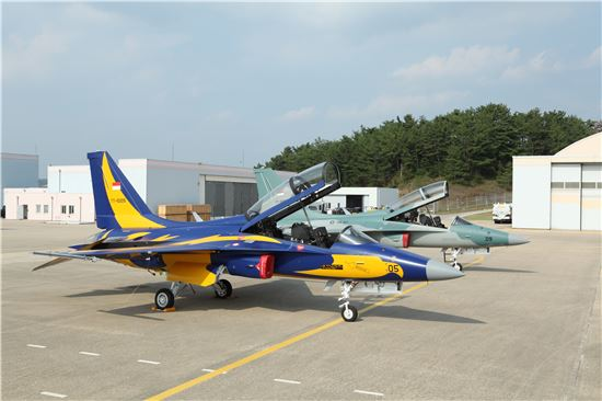 KAI는 10일 국산 초음속 항공기인 T-50i를 처음으로 해외 수출한다. 사진 왼쪽은 인도네시아에서 에어쇼를 펼칠 목적으로 들어가는 T-50i항공기이며 오른쪽은 공군에서 활용할 fa-50이다.