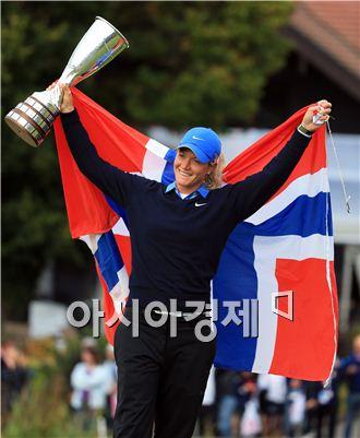 수잔 페테르센이 에비앙챔피언십 우승 직후 트로피와 함께 노르웨이 국기를 몸에 감싼 채 환호하고 있다. 에비앙 레뱅(프랑스)=Getty images/멀티비츠.