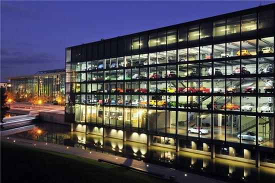 자동차 전시관인 자이트하우스에는 폴크스바겐그룹은 물론 BMW, 메르세데스-벤츠 등의 타 브랜드의 초기모델까지 전시돼있다.