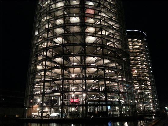 20층 높이의 카 타워는 아우토슈타트의 랜드마크다. 각 400대, 총 800대의 차량이 대기 중이다.