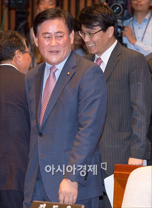 [포토]의원총회 참석하는 최경환 원내대표